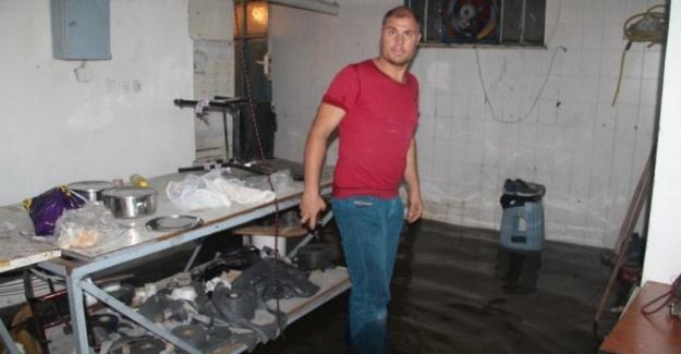 İstanbul'da Şiddetli Yağmur İş Yerlerini Sular Altında Bıraktı