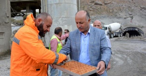 Erzurum Valisi'nden İşçilere Tatlı İkramı