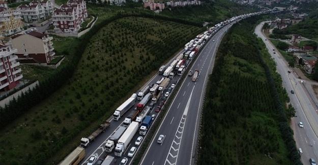 TEM'de intihar girişimi 15 kilometrelik trafiğe yol açtı
