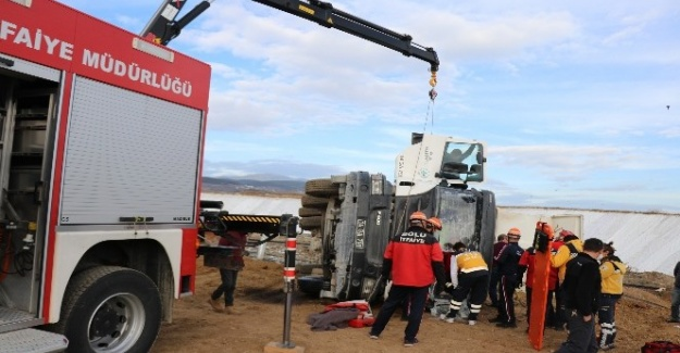 Bolu'da, devrilen kamyonda sıkışan sürücüyü itfaiye kurtardı