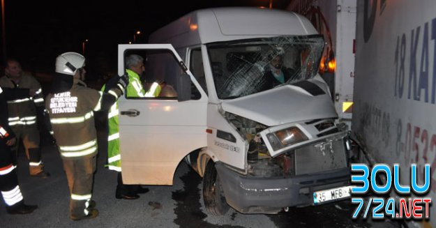 BAYRAK'lıda Feci Kaza..TIR Kamyonetle Çarpıştı