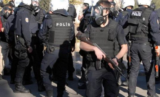 Diyarbakır'da Sur Kazasına Yürümek İsteyen Gruba Polis Engeli! Olaylar Çıktı
