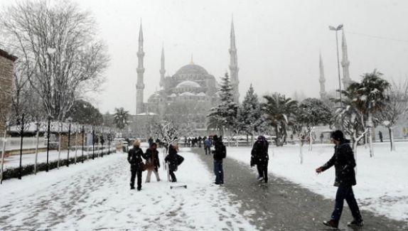 İstanbul Kar Fırtınasına Teslim Oldu..Kar Yurdu Ne Zaman Terkediyor !