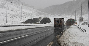 Bolu Dağı'nda Kar Yağışı Araç Sürücülerine Zor Anlar Yaşatıyor