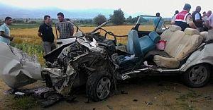 Tire'de Otomobil İle Kamyon Kafa Kafaya Çarpıştı 2 Ölü