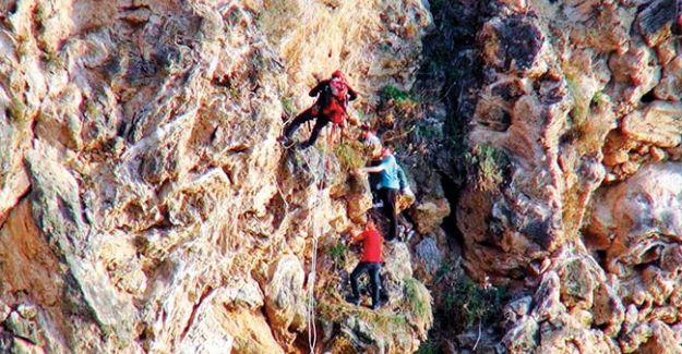 Tırmandıkları falezlerde mahsur kalan 2'si çocuk 3 kişi, itfaiye ekipleri tarafından halatlar yardımıyla kurtarıldı.