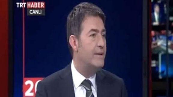TRT Spikeri Canlı Yayında Haber Sunarken Periscop'la 2.Canlı Yayın Yapıp Sigara İçti
