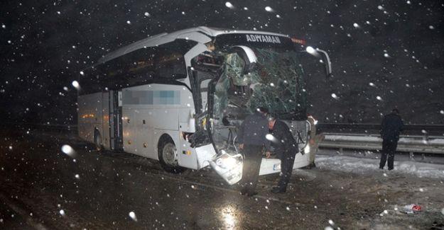Yolcu Otobüsü TIR'la Çarpıştı: 10 Yaralı