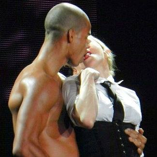 Madonna Yine Yaptı Yapacağını..