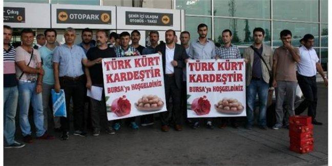Doğudan Gelen Otobüsler Bursa Otogarında Türk-Kürt Kardeştir Pankartı ile Karşılandı!