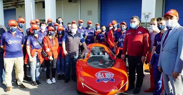 Bayraktar, Öğrencilerin Ürettiği Elektrikli Otomobili İnceledi
