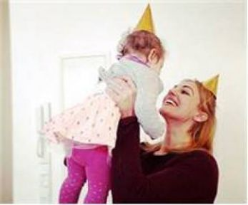 Meryem Üzerli'nin Almanya'da dünyaya gelen minik kızı Lara 1.yaşına girdi!