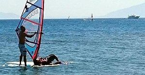 Deniz'de Mahsur Kalan Mülteciyi Yunan'lı Sörfçü Kurtardı