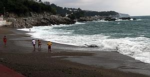 Şiddetli Dalgalar Denize Girmeye Engel Oldu
