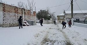 Ardahan'a Erken Düşen Kar Trafiği Felç Etti