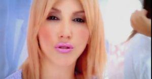 Hande Yener, Sebastian'da Güllerle Karşılandı!