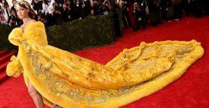 """Rihanna Bu Kıyafeti Giyince Sosyal Medyadayı Çalkaladı!  """"YÜRÜYEN OMLET RİHANNA"""""""