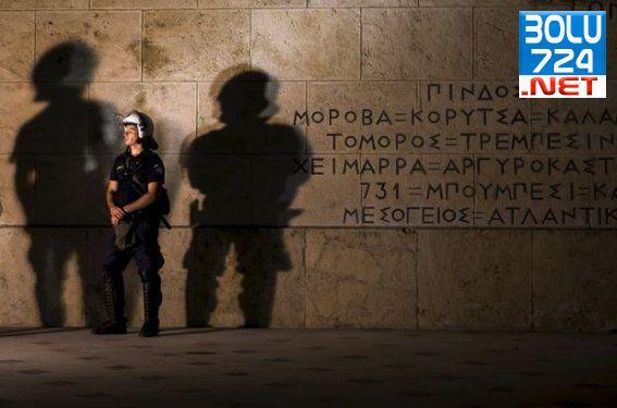 Yunanistan'da 5 Temmuz Öncesi Banka ve Marketlere Yoğun Güvenlik!